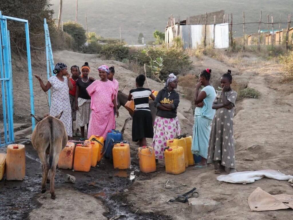 Un groupe de femmes attendant de remplir leurs bidons d'eau potable