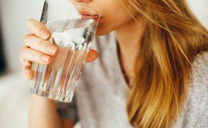 femme buvant un verre d eau